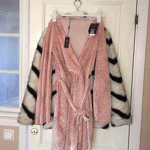 Helt ny glittrig klänning med vida ärmar ifrån Nelly. Jättefin passform men den kommer aldrig till användning tyvärr! Lapparna sitter kvar på den