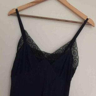 Vintage underklänning/nattlinne, mjukt material. Passade inte mig som har A-kupa. 20kr frakt.