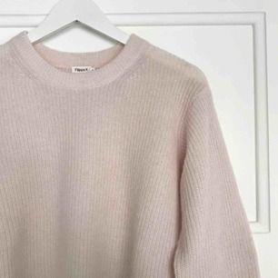 Ljusrosa stickad tröja från Filippa K. Använd fåtal ggr Ordinarie pris 1600 kr  35% polyamid  33% alpacka  33% ull