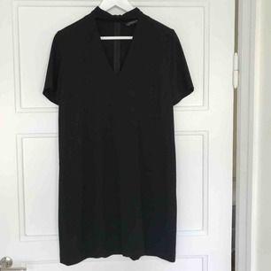 Klänning från Zara med v-ringning och chokerdetalj. Använd en gång. Ord pris 399 kr