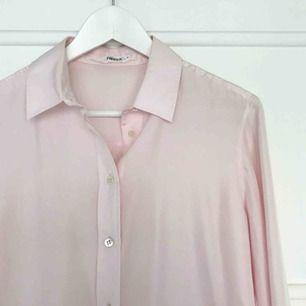 Ljusrosa sidenskjorta från Filippa K i strl S. Använd en gång och därav inte tvättad så gissar på att dom pyttesmå fläckarna går bort i handtvättsprogrammet i maskin. Ordinarie pris 1800 kr