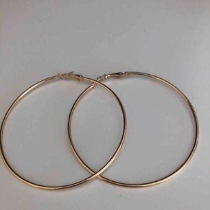 Super fina och coola örhängen, aldrig använda. Köparen står för frakt;))