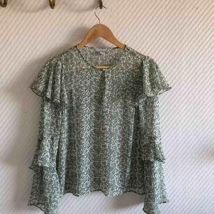 - H&M trend - ljus grön blus med volang - svart vit grön  - storlek 34 - nyskick
