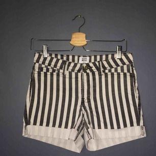 Ett par vit och svart randiga shorts ifrån vero Moda. Använd 2-3 gånger och i väldigt fint skick. Jag säljer de eftersom att de tyvärr är för små.  Pris kan diskuteras💞🔥🔥😊