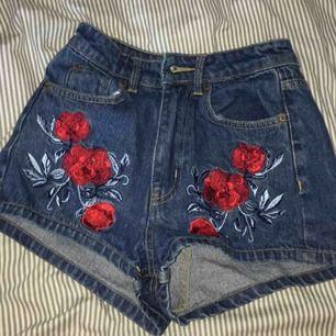 Fina shorts från hm i äkta jeans. Knappt använda pågrund av att de är lite för små. Sitter snyggt och höga i midjan