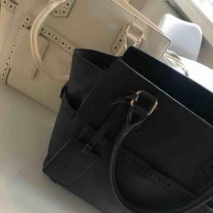 Skitsnygga handväskor från Holly and White, använda ca 5 ggr styck men inget slitage. Båda för 275 eller en för 150!