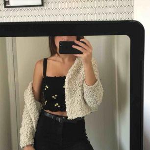 Det är cropped kofta, väldigt mysig och passar bra till att piffa till en simpel outfit. Köpte den på hm, frakt ingår ej i pris.
