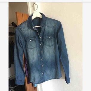 Skjorta, dock inte denim men den ser ut som en. toppskick! Använd en gång :)