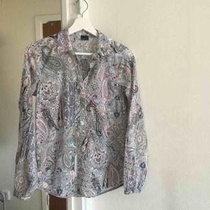 """Ascool och unik paisley skjorta, något figurnära och inte """"pösig"""""""