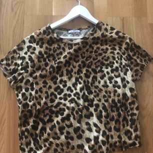 Passar s-m , vanlig tshirt med leopard tryck!