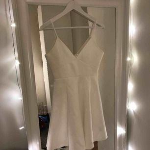 En söt klänning ifrån Nelly.com Aldrig använd och är då i bra skick Nypris 299