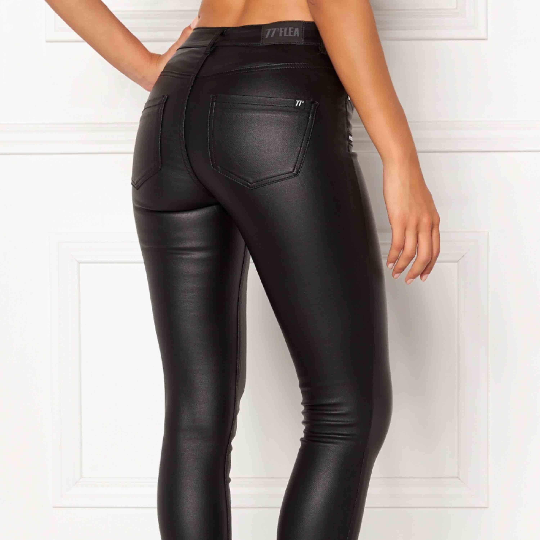 Söker kostymbyxor och skinnbyxor i strl Xs Kostymbyxorna helst i svart,vit eller grå Skinnbyxor i svart! . Jeans & Byxor.
