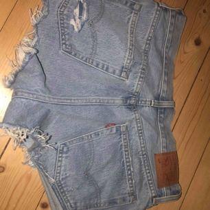 Säljer ett par knappt använda levis shorts. Shortsen är något små i storleken men funkar som små medium.