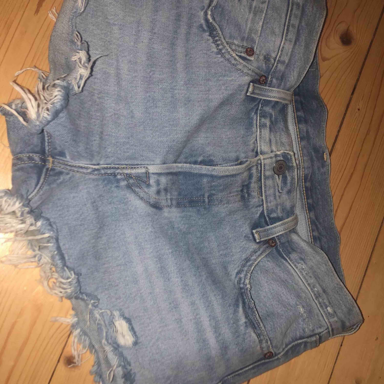 Säljer ett par knappt använda levis shorts. Shortsen är något små i storleken men funkar som små medium.. Shorts.