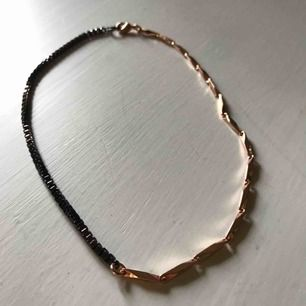 • Superfint halsband från & other stories •  - tight modell, inte riktigt en choker men sitter typ över halsgropen  50 kr (frakt inkluderad)