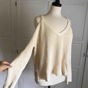 • Mysig cremevit tröja från Pacsun •  - cutout shoulders  50 kr+ frakt