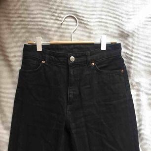 svarta jeans från monki! hög midja, raka ben. använda ett par gånger, fint skick! normala i storlek, riktigt snygg passform! säljes då jag väldigt sällan bär jeans.