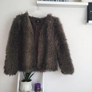"""Säljer denna pälsjackan (inte äkta päls) från H&M men köpt här på plick förra hösten, pälsen på vänstra ärmen har """"lagt"""" sig lite men syns knappt när jackan är på (se bild 3) Kan gå ner i pris vid snabb affär☺️ 💋köparen står för ev. frakt🧚🏽♂️"""
