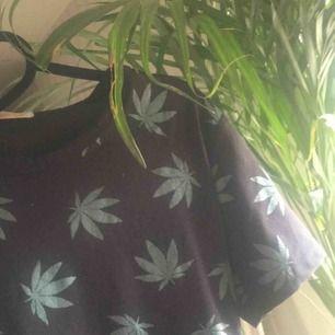 Tshirt med weed-tryck, Aldrig använd men har tyvärr tagit bort lapparna för trodde den skulle passa!'Det står ingen storlek men den e i S/liten M skulle jag säga!  65kr och frakt ingår