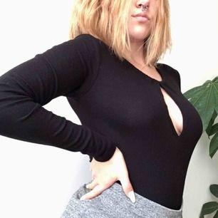 Nu säljer jag en bodytröja som är snygg till allt, kostym byxor, kjol, mjukisar.. You name it!☀️ Den kan regleras där fram för att ändra snittet, dm för fler bilder💕 Köparen står för frakt och jag har Swish😊