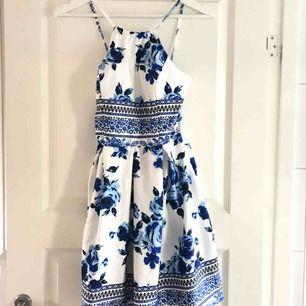 Otroligt fin klänning!! Köpte den för ca 2 år sedan men har endast använt den en gång, inga skador eller hål.
