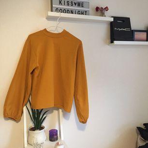 """orange ballongärmad tröja från zara. fin färg som är snyggt nu till hösten! säljer då den är lite för stor på mig. !!det är några sömmar som """"dragit ihop sig"""" på framsidan (se bild 3) men det syns inte när tröjan är på!! 🦎köparen står för ev. frakt🤲🏼"""