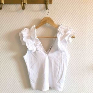 - Zara - vit topp med volang på axlarna  - fest och vardag - nyskick - v-ringning