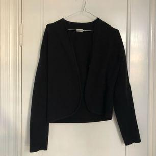 Filippa K kofta/mjuk kostym i svart. Strukturerad i designen och med en knapp i mitten. Loose fit.