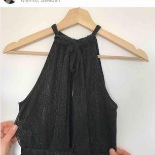 Klänning med fina detaljer från h&m. Använd en gång, dvs i mycket fint skick!