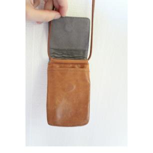 Frakt ingår i priset 💌  liten turistväska i skinn med två fack. Finns en lagning på remmen (se bild 3).