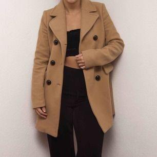 En fin kamelfärgad kappa från Zara i storlek XS. Väldigt fin nu till hösten. Har älskat denna men den har tyvärr blivit för liten. Nypris 700-800kr.