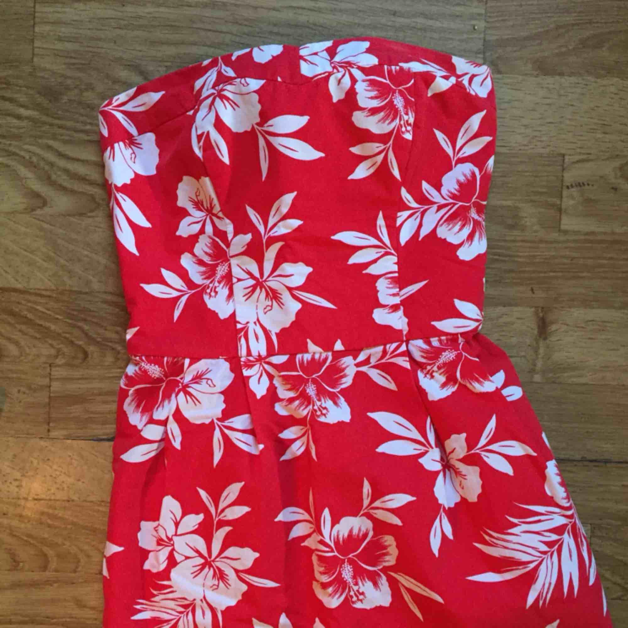 Jättefin stretchig klänning i vackert blommigt tryck!! Passar mig som ibland har XS och ibland S. Från hollister. Klänningar.