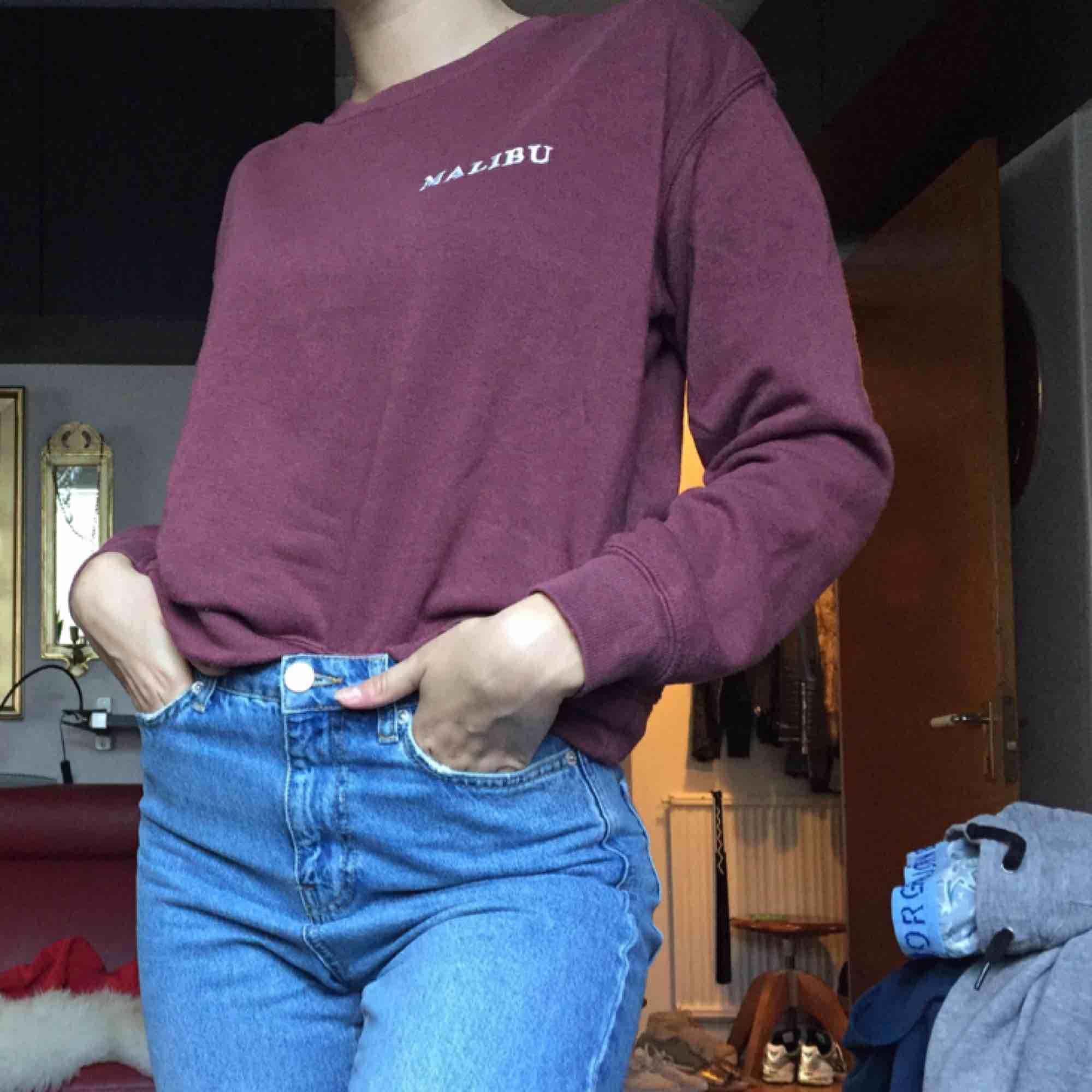 Jätteskön lila sweatshirt från pull&bear, hur mysig som helst!! Passar XS-S. Huvtröjor & Träningströjor.
