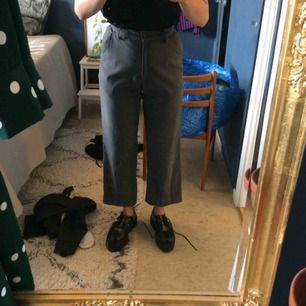 Högmidjade byxor i grått. Fint skick!