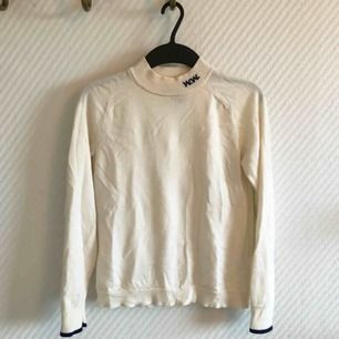 - märke Wood Wood (W.W) - stickad polo tröja - 100% extra fin merinoull - storlek S