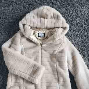 Fuskpäls-jacka från Flash, köpt förra året, använd några få gånger, ordinarieplats 500kr Priset inkluderar frakt