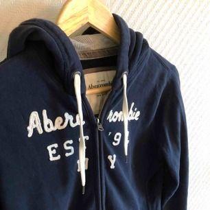 - Abercrombie & fitch - Hoodie / luvtröja  - marinblå med text på bröstet  - Storlek M, liten i storlek