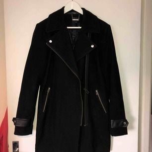 Stilren och klassisk svart kappa, perfekt till hösten! Använd under en höst, mycket bra skick!