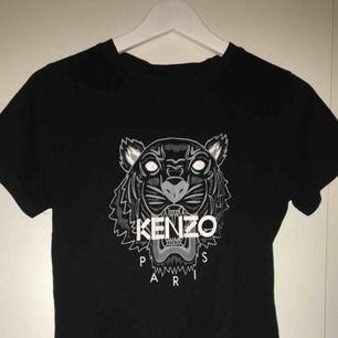 Säljer min Kenzo t-shirt i storlek S då den inte har kommit till användning.