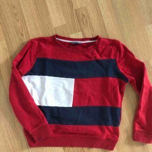 Tommy Hilfiger sweatshirt i storlek L men passar XS-M beroende på hur du vill att den ska sitta. Använd men fint skick
