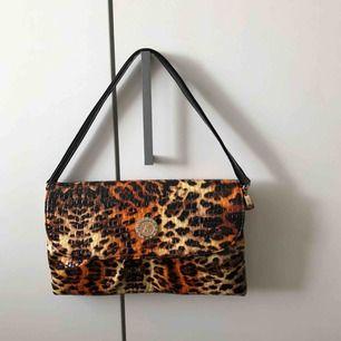 Leopard mönstrad handväska. Märke oklart. Hör av er vid intresse eller fler bilder.