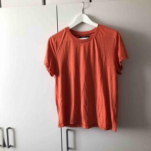 Basic orange t-shirt från Bikbok. Använd 1 gång. Liten i storlek.