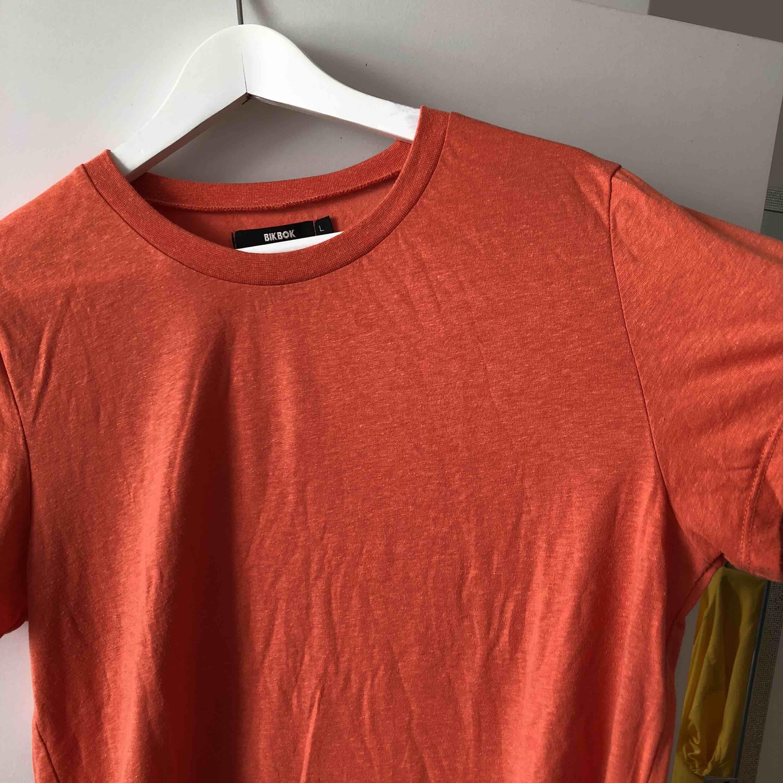 Basic orange t-shirt från Bikbok. Använd 1 gång. Liten i storlek.. T-shirts.
