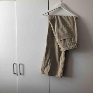 Mått- W32 L32. Beiga utsvängda jeans från Weekday.
