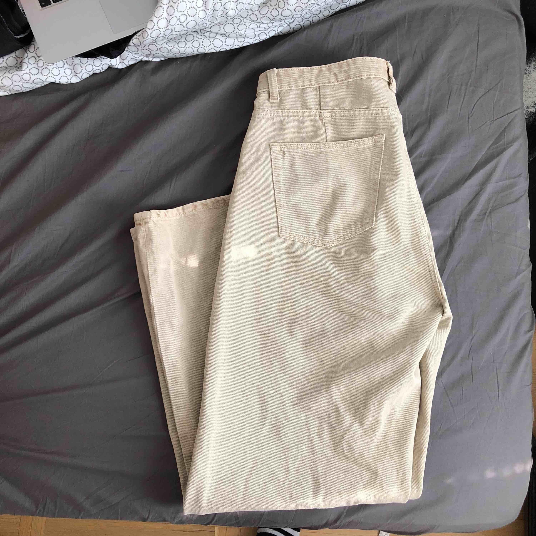 Mått- W32 L32. Beiga utsvängda jeans från Weekday.. Jeans & Byxor.