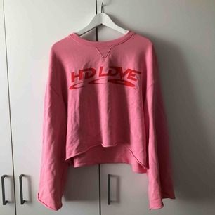 Rosa tröja från Weekday. Breda ärmar, kort i midjan.