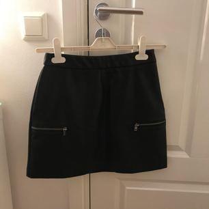 Kjol i läderimitation, använd högst 5 ggr! Frakten är inräknad i priset