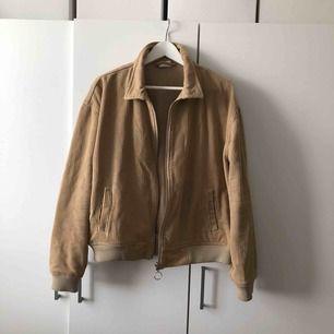 Skitsnygg manchesterjacka från Urban Outfitters. Knappt använd så i bra skick. Svinbra höstjacka.