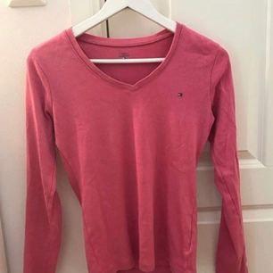 ÄKTA Tommy Hilfiger tröja, i mycket fint skick. Köparen står för frakten på 50kr