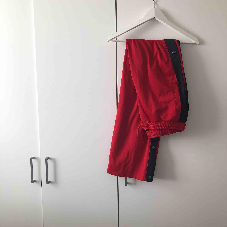 Röda byxor från Urban Outfitters. Knappar längs sidan. Bra skick använd fåtal gånger. . Jeans & Byxor.